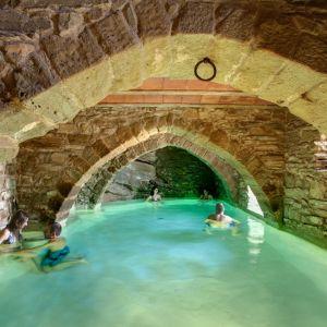 La tor de montclar for Casas con piscina barcelona alquiler